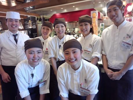 働く人達のための様々なサポート制度あり!ビュッフェレストランのホールスタッフ募集です。